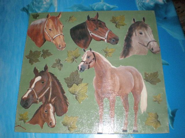 Tavoletta verde con immagini varie di cavalli e foglie di edera