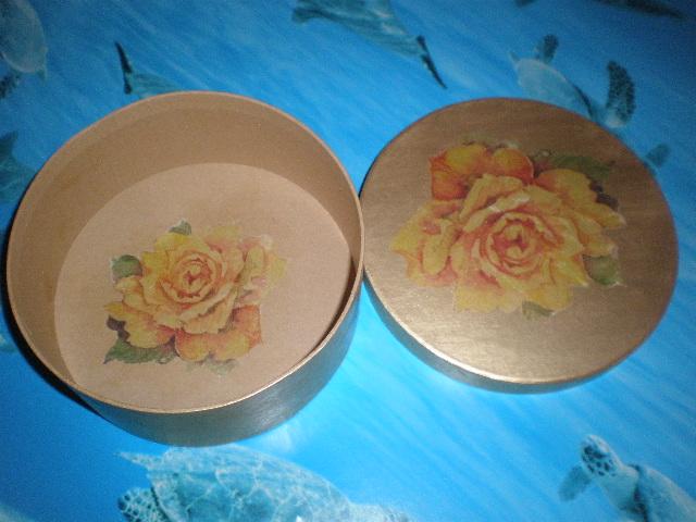 Scatola rotonda dorata con rose